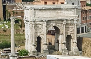 Arch of Septimius Severus , 23 meters arch of 203 AD was the symbolic center of ancient Rome.